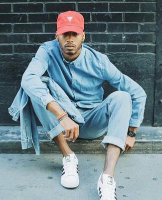 Comment porter: veste en jean bleu clair, chemise en jean bleu clair, jean bleu clair, baskets basses en cuir blanches