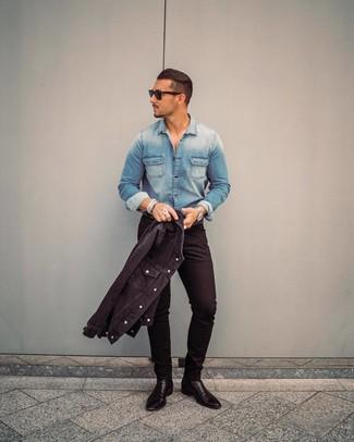 Comment porter: veste en jean noire, chemise en jean bleue, jean skinny noir, bottines chelsea en cuir noires