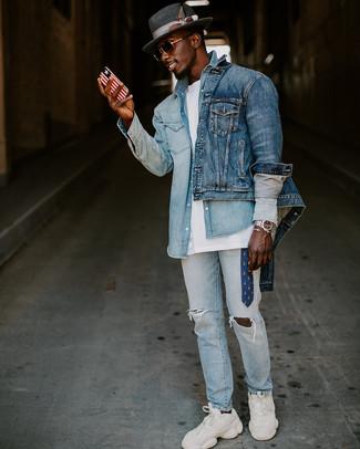 Comment porter: veste en jean bleue, chemise en jean bleu clair, t-shirt à col rond blanc, jean déchiré bleu clair