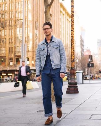Comment porter: veste en jean bleu clair, chemise en jean bleu marine, t-shirt à col rond à rayures horizontales blanc et bleu marine, jean bleu marine