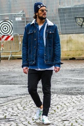 Comment porter un bonnet imprimé bleu marine: Pense à opter pour une veste en jean bleue et un bonnet imprimé bleu marine pour un look idéal le week-end. Une paire de des baskets basses en cuir blanc et vert rendra élégant même le plus décontracté des looks.