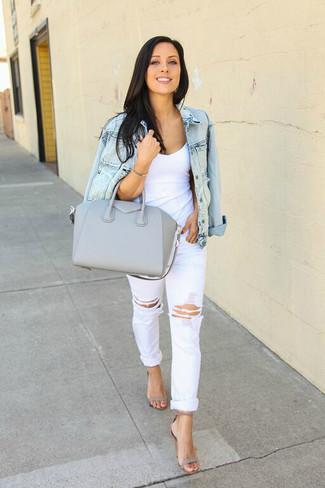 Comment porter un jean boyfriend déchiré blanc: Pense à marier une veste en jean bleu clair avec un jean boyfriend déchiré blanc pour un look idéal le week-end. Assortis ce look avec une paire de des sandales à talons en cuir grises.