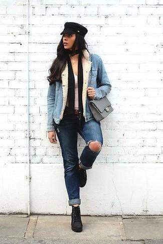 Comment porter: veste en jean bleu clair, débardeur blanc, jean déchiré bleu marine, bottines à lacets en daim noires