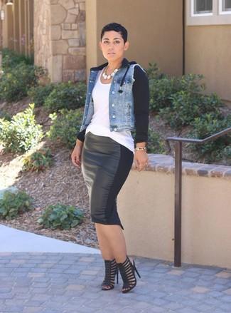 Comment porter: veste en jean bleu clair, débardeur blanc, jupe crayon en cuir noire, sandales à talons en cuir noires
