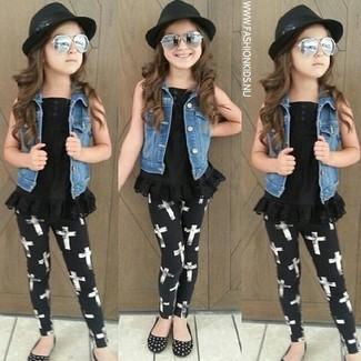 Comment porter: veste en jean bleue, débardeur noir, leggings noirs, ballerines noires
