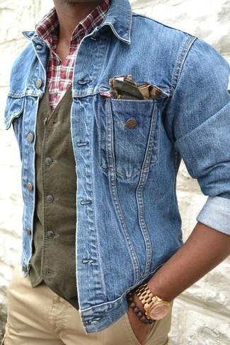 Comment porter: veste en jean bleue, gilet en coton olive, chemise à manches longues écossaise blanc et rouge et bleu marine, pantalon chino marron clair