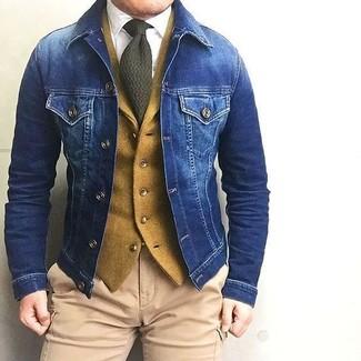 Comment porter: veste en jean bleue, gilet en laine moutarde, chemise de ville blanche, pantalon cargo marron clair