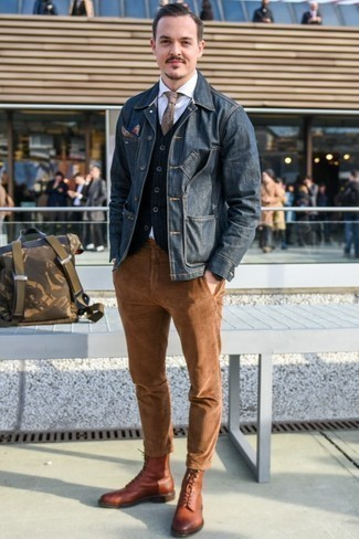 Comment porter une cravate en laine marron: Essaie d'associer une veste en jean bleu marine avec une cravate en laine marron pour un look classique et élégant. Si tu veux éviter un look trop formel, opte pour une paire de des bottes de loisirs en cuir marron.