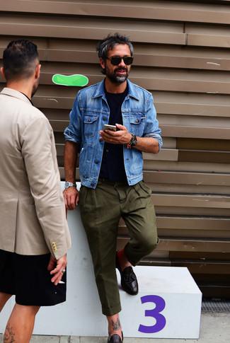 Comment porter: veste en jean bleue, gilet bleu marine, t-shirt à col rond bleu marine, pantalon chino olive