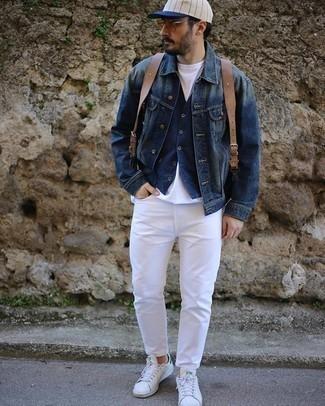 Comment porter un sac à dos en cuir marron: Pour une tenue aussi confortable que ton canapé, pense à opter pour une veste en jean bleu marine et un sac à dos en cuir marron. D'une humeur audacieuse? Complète ta tenue avec une paire de des baskets basses en cuir blanc et vert.
