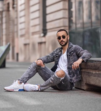 Comment porter: veste en jean grise, t-shirt à col rond blanc, jean déchiré gris, chaussures de sport blanches