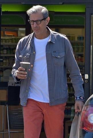 Comment porter: veste en jean grise, t-shirt à col rond blanc, pantalon chino rouge