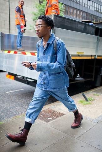 Comment porter: veste en jean bleue, jean bleu clair, bottes de loisirs en cuir bordeaux, sac à dos en cuir noir