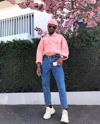 Comment porter: veste en jean rose, jean bleu, chaussures de sport beiges, bonnet rose