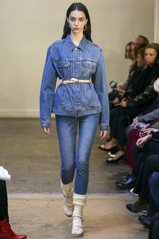 Comment porter: veste en jean bleue, jean bleu, sandales à talons en cuir beiges, ceinture serre-taille en cuir beige