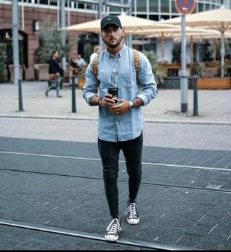 Comment porter: veste en jean bleu clair, jean skinny noir, baskets montantes en toile noires et blanches, sac à dos en cuir marron
