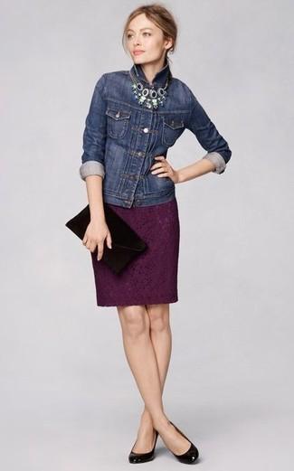 Une veste en jean bleue marine et une pochette en daim noire femmes Antik Batik communiqueront une impression de facilité et d'insouciance. Une paire de des escarpins en cuir noirs ajoutera de l'élégance à un look simple.
