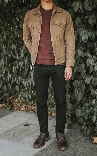 Comment porter un pull à col rond bordeaux: Pour créer une tenue idéale pour un déjeuner entre amis le week-end, essaie d'associer un pull à col rond bordeaux avec un jean noir. Habille ta tenue avec une paire de des chaussures derby en cuir bordeaux.