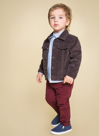 Comment porter: veste en jean marron foncé, chemise à manches longues bleu clair, jean bordeaux, baskets bleu marine