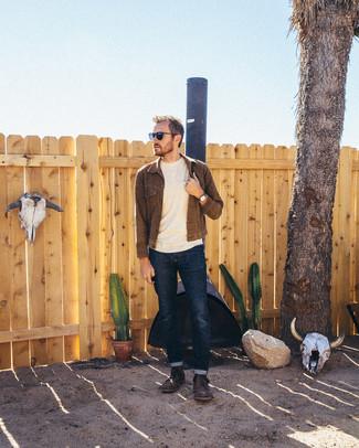 Comment porter: veste en jean marron foncé, pull à col rond beige, jean bleu marine, bottes de loisirs en cuir marron foncé