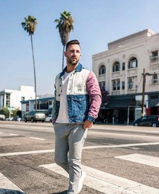Comment porter: veste en jean multicolore, t-shirt à col rond blanc, jean gris, baskets basses en toile blanches