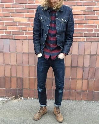 Comment porter: veste en jean noire, chemise à manches longues à rayures horizontales rouge et noir, jean noir, bottes de loisirs en cuir marron