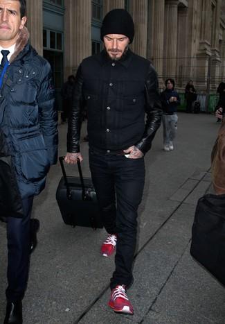 Tenue de David Beckham: Veste en jean en cuir noire, Jean noir, Chaussures de sport rouges, Bonnet noir