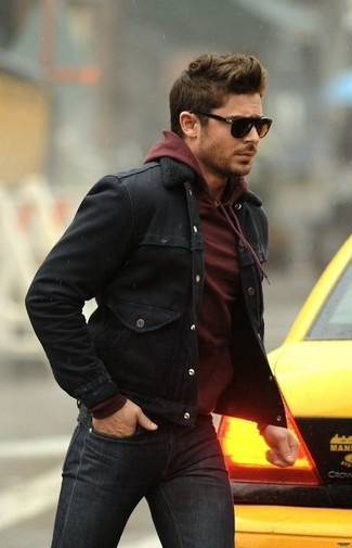 Comment porter: veste en jean noire, sweat à capuche bordeaux, jean gris foncé