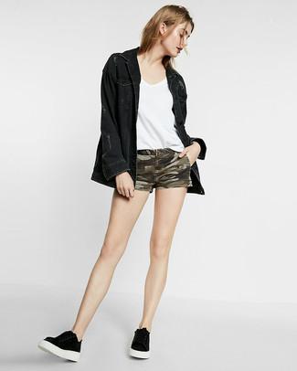 Comment porter: veste en jean noire, t-shirt à col en v blanc, short en denim camouflage olive, baskets basses noires