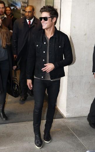 Comment porter: veste en jean noire, t-shirt à col en v gris, jean noir, baskets basses en cuir noires