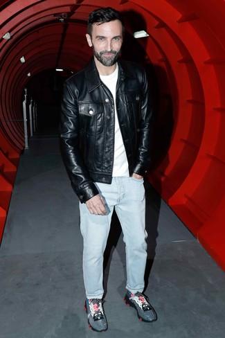 Comment porter: veste en jean en cuir noire, t-shirt à col rond blanc, jean bleu clair, chaussures de sport gris foncé