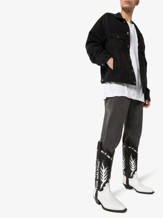 Comment porter: veste en jean noire, t-shirt à col rond blanc, jean gris foncé, bottes western en cuir noires et blanches