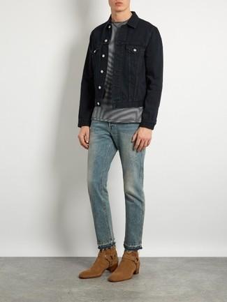 Comment porter: veste en jean noire, t-shirt à col rond à rayures horizontales gris, jean bleu clair, bottes western en daim marron