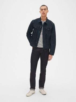 Comment porter des baskets montantes en toile blanches: Pense à harmoniser une veste en jean noire avec un jean noir pour une tenue confortable aussi composée avec goût. Si tu veux éviter un look trop formel, opte pour une paire de baskets montantes en toile blanches.