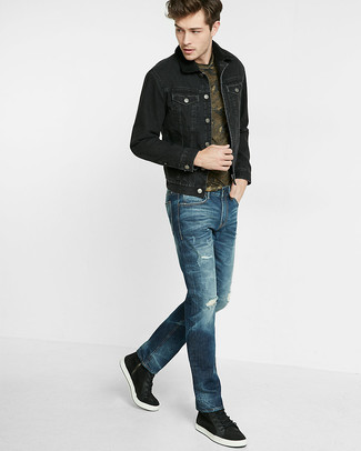 Comment porter: veste en jean noire, t-shirt à col rond camouflage olive, jean bleu marine, baskets basses noires