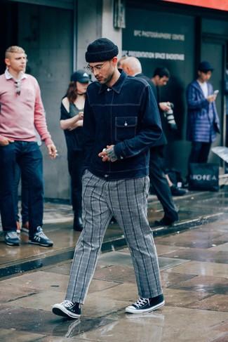 Comment porter: veste en jean bleu marine, pantalon chino écossais gris, baskets montantes en toile noires et blanches, bonnet noir
