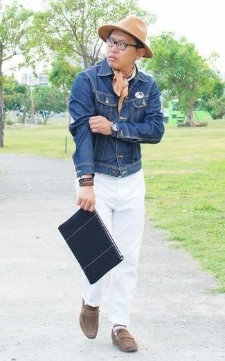 Comment porter une pochette en toile bleu marine: Essaie d'associer une veste en jean bleue avec une pochette en toile bleu marine pour une tenue idéale le week-end. Ajoute une paire de des slippers en daim marron à ton look pour une amélioration instantanée de ton style.
