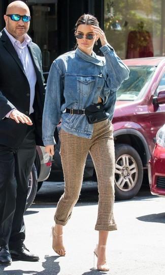 Comment porter des sandales à talons avec un pantalon slim: Pense à associer une veste en jean bleue avec un pantalon slim pour un look de tous les jours facile à porter. Termine ce look avec une paire de des sandales à talons.