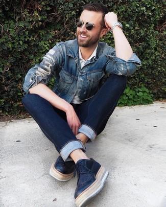 Comment porter: veste en jean bleue, polo blanc, jean bleu marine, chaussures brogues en cuir noires