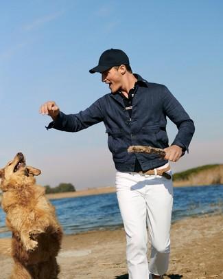 Comment porter: veste en jean bleu marine, polo à rayures horizontales bleu marine, pantalon chino blanc, casquette de base-ball bleu marine