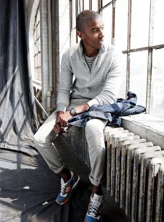 Comment porter: veste en jean bleue, pull à col à fermeture éclair gris, t-shirt à col rond à rayures horizontales gris, pantalon chino gris