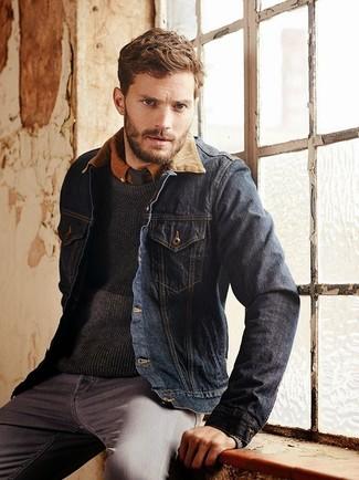 Tenue de Jamie Dornan: Veste en jean bleu marine, Pull à col rond gris foncé, Chemise à manches longues tabac, Jean gris