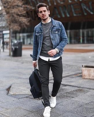 Comment porter un pantalon chino gris foncé: Essaie de marier une veste en jean bleue avec un pantalon chino gris foncé pour une tenue idéale le week-end. Une paire de des baskets basses en toile blanches apporte une touche de décontraction à l'ensemble.