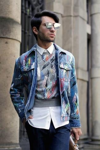 Comment porter: veste en jean bleue, pull à col rond imprimé gris, chemise de ville blanche, jean bleu marine