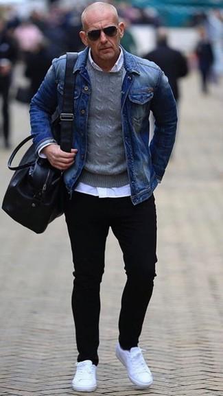 Comment porter: veste en jean bleue, pull à col rond gris, chemise de ville blanche, jean skinny noir