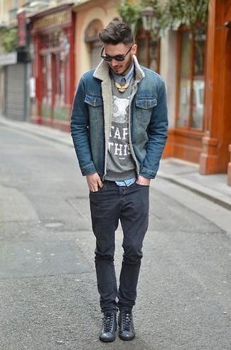 Comment porter: veste en jean bleue, pull à col rond imprimé gris, chemise en jean bleu clair, jean skinny noir