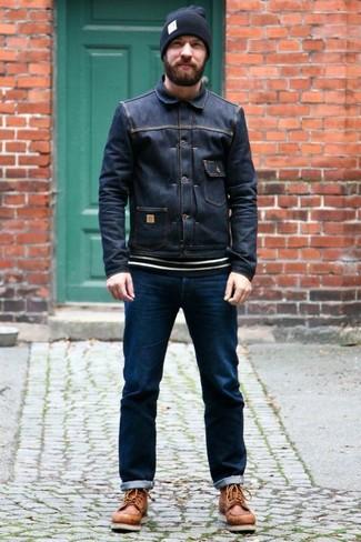 Comment porter: veste en jean bleu marine, pull à col rond à rayures horizontales blanc et noir, jean bleu marine, bottes de travail en cuir marron