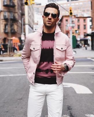 Comment porter: veste en jean rose, pull à col rond imprimé tie-dye rose et noir, jean blanc, lunettes de soleil noires