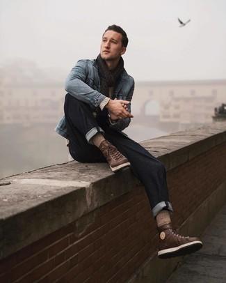 Comment porter: veste en jean bleu clair, pull à col rond beige, jean bleu marine, bottes de travail en cuir marron