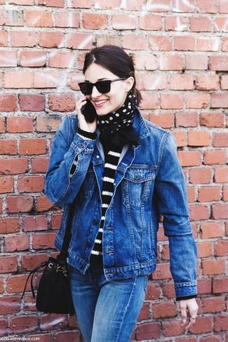 Comment porter: veste en jean bleue, pull à col rond à rayures horizontales noir et blanc, jean bleu, sac bourse en daim noir
